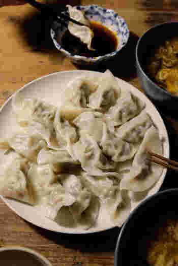 本場・台湾で作られているキャベツとニラを使った、もっちり水餃子のレシピです。キャベツはしっかりと水を切ってあげることで、具がシャキシャキと美味しく仕上がります!