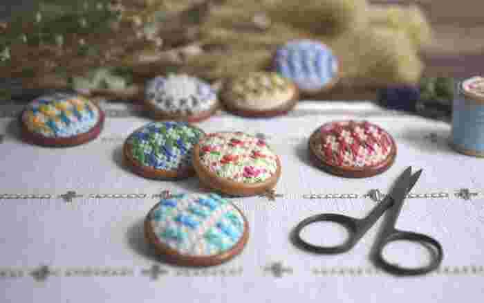 縫い物や編み物、昔、やっていたことはあるけど、こんな私でも出来るかな…。そんな時には、手芸教室や編み物教室などでプロのレッスンを受けてみるというのもおすすめです。 プロの講師の方に教えて貰うことで、きちんと基礎から始められ、分からないことも曖昧にせず覚えることが出来ます。 「北欧てしごと教室」は、自然をモチーフにした美しい北欧の刺繍、インテリアとして楽しめるデンマークのペーパークラフト、フィンランドの編み物など、北欧の手芸やクラフトを学ぶことが出来る教室。 ここで少し、どんなレッスンがあるかご紹介したいと思います。