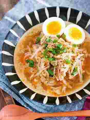 豚バラを入れてコクと旨みをプラスした、簡単でお財布にも優しいラーメン風のスープ。中華めんを入れても◎ スープにも特別な調味料を使っていないため、手軽に作れるのもメリット。茹で卵や煮卵を添えると、時短料理に丁寧な印象をプラスできます。