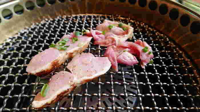 霧島地元どり・黒豚・黒牛とどれも魅力的なお肉が揃っていますが、店名にもなっている地鶏は外せません。地元どり焼定食は、地鶏の刺身やマリネを楽しめる大人気のランチです。刺身は鶏肉の甘みを堪能でき、地鶏焼きは柔らかくジューシー!地鶏の美味しさを堪能できる、大満足のランチです。