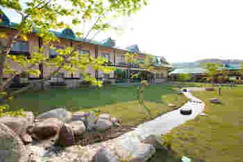 """こちらのホテル内のレストラン""""プリズムガーデン""""では、ホテルに宿泊していないお客様でも、大人1500円、子供900円で40種類のランチバイキングが楽しめます!"""
