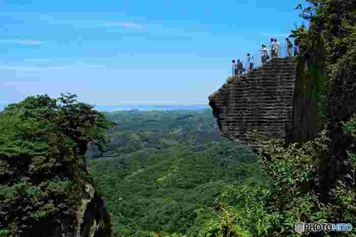 垂直に切り立つ断崖「地獄のぞき」はスリル満点。思い切って下をのぞくと、先ほどの百尺観音が見えます。視線をあげると房総半島が一望できる絶景ポイントでもあるので、勇気を出してのぞいてみませんか?