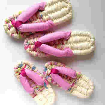 足つぼの刺激にもいい健康的な布ぞうりは、かつての生活必需品である「わらじ」を、現代のライフスタイルに合わせて作られた和のルームシューズです。 最近では、カラフルな布を使った可愛いハンドメイド作品も豊富☆作り方をマスターすれば自分でも作れるので、これからの季節にも重宝する布ぞうり、ぜひ手作り作品に挑戦してみてはいかがでしょうか?