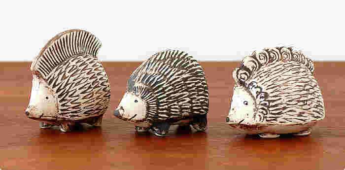 味わい深い表情をしたハリネズミの三兄弟。リサ・ラーソンの作品です。モヒカンヘアのpunky(パンキー)、ノーマルヘアのiggy(イギー)、カールヘアのpiggy(ピギー)という三兄弟は、三匹一緒に置いておくと存在感も抜群!どんな楽しいことをしようかと、いつも相談していそうです。