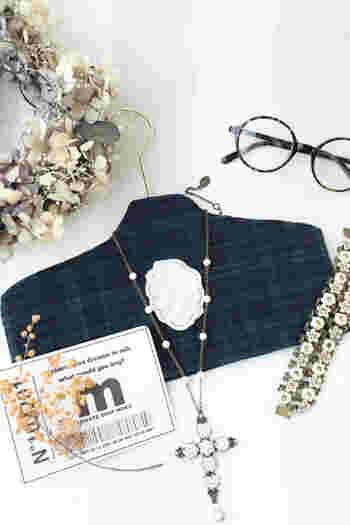 こちらは子ども用のハンガーにカットした布を組み合わせて作ったもの。ロングネックレスや、パーツの大きなネックレスをかけて、見せる収納にするアイデアです。そのままインテリアにもなりそう!お好きな布で作ってみてください。
