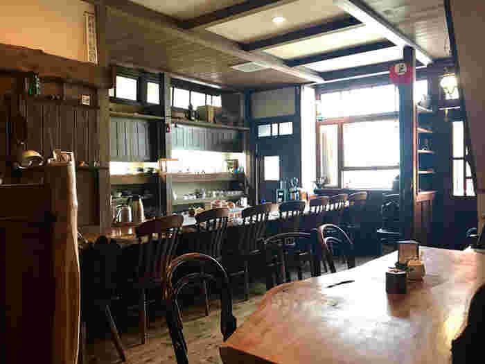 窓から差し込む光が心地よい、温かみのある雰囲気の店内。初めて入店しても、不思議とどこか懐かしい気持ちになりますよ。  木のカウンター席は使い込まれており、シックなかっこよさを放ちます。お店がオープンしたのは1998年で、いまもご近所さんを中心とした常連客に愛され続けている、歴史ある老舗喫茶です*