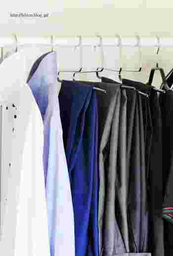 ハンガーにかける時には、衣類の色を同系色で揃えて並べると、さらにすっきりと美しく見えます。お洋服もさっと選びやすくなりますよ。