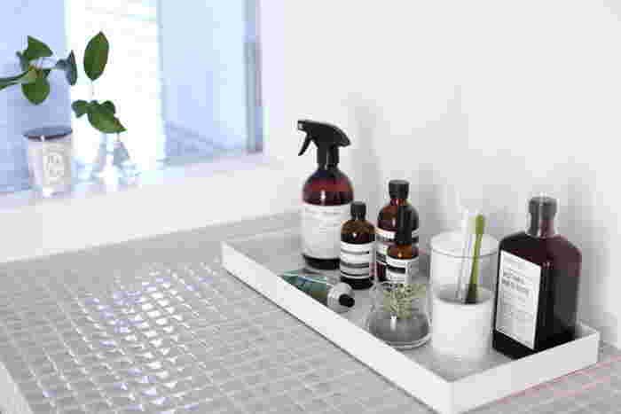 洗面所は、石鹸カスや皮脂汚れを特にチェックしたいところ。そのためには、気づいたときに汚れをすぐに拭き取れる環境づくりが大切です。大掃除を機会に、よく使うものだけに厳選して洗面台をすっきりとさせてみては。