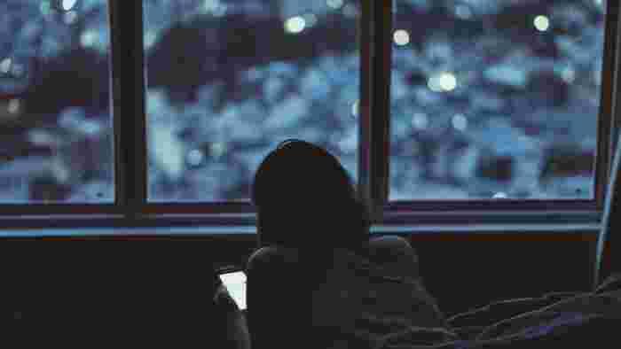 スマートフォンの光は、「サーカディアン・リズム」つまり、体内時計を乱す原因と言われています。スクリーンから放出されるブルーライトは、光の中でもエネルギーが高く、目に浴びることで眠りのリズムを整えるホルモン「メラトニン」の分泌量が抑えられてしまい、カラダが夜になったことを認識できないのです。 良質な睡眠を取れないことは、実にさまざまな弊害をもたらします。「世界で最も影響力のある100人」に選ばれた『ハフィントン・ポスト』創設者、アリアナ・ハフィントン氏は寝室にスマホを持ち込まないことで有名。良質な睡眠を取ることは、良質な人生を送ることに繋がるのかもしれませんね。