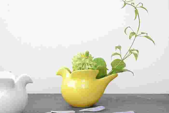 オブジェとしてだけでなく、花器や植物ポットとしても使えるような実用性を兼ねたアイテムを選ぶと楽しみ方の幅もぐっと広がります。スウェーデンを代表する陶芸家リサ・ラーソンと長崎県の波佐見焼で有名な西山陶器がコラボしたこちらの鳩のポットはミルクピッチャーやシュガーボウル、キャンドルホルダーとしても使える優れもの◎。