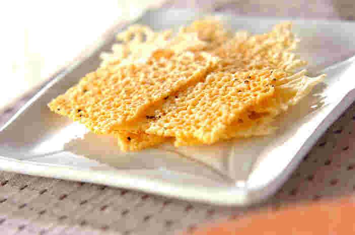 ピザ用のチーズをフッ素加工のフライパンで焼いて、ぱりぱりになったところを上手にすくいあげるだけ。あっという間に出来る一品です。ナチュラルなお味のチーズを使えば、子供たちのおやつにもいいですね。