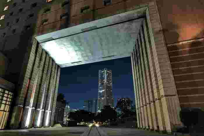 カメラを持ってお散歩に行くなら、いつもと違う構図を探してみると面白いですね。建物越しに遠くの高層ビルを撮ってみるというのもユニークなアイデア。自分だけの切り口を探してみましょう。