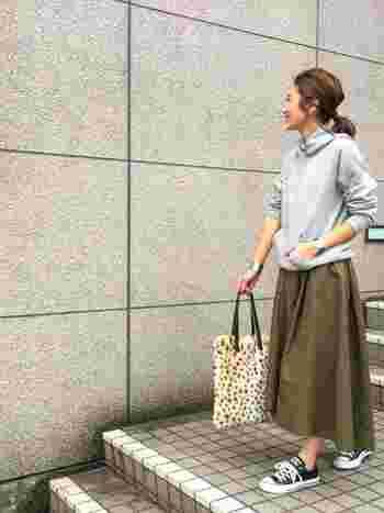 トレンドでもあるロングスカートには、足首をしっかり見せてくれるローカットスニーカーを。パーカーと合わせてカジュアルダウンしましょう♪