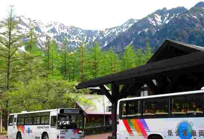 今回ご紹介の「上高地」「車山」「八島ヶ原湿原」「志賀高原」「戸隠」は、信州ならではの絶景を満喫できる人気の観光地/ トレッキングスポット。  モータリゼーション以前からの登山のメッカで、古くからバスの便がきめこまかく整備されており、鉄道からバスを乗り継げば、憧れの場所のすぐ近くまで行くことができます。  登山経験がなくても、長時間歩く自信がなくても、年配のお母さまを連れていきたい方も大丈夫☆  アクセス方法やホテルを調べたら、信州の美しくダイナミックな山岳風景と出会う旅を計画しませんか?ひと休みできる近隣のカフェなども併せてご紹介します。
