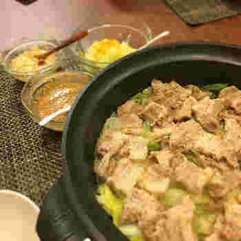 豚バラブロックに下味を付け、白菜と長ネギの上に敷き詰めて加熱。水は加えずに白菜の水分に肉の旨味を凝縮させます。 ポン酢おろし・ネギ塩レモン・ミルクごまの3種の薬味ダレで、美味しさ3倍!