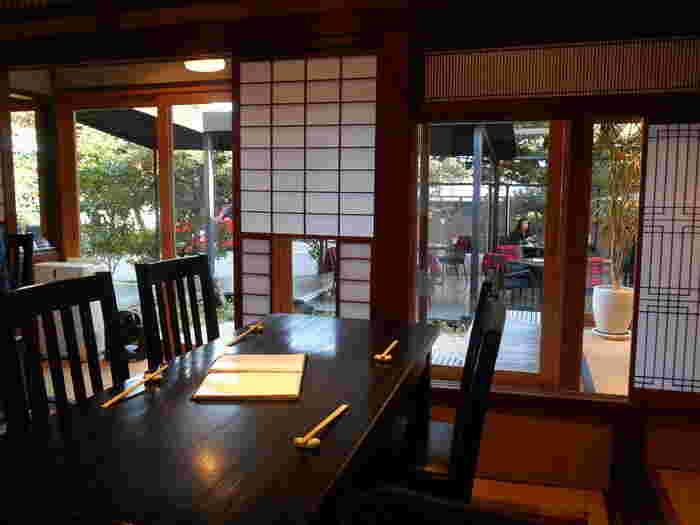 中庭は喫茶コーナーになっています。わんちゃんもテラスであれば一緒にお食事ができるんですよ。鎌倉はワンちゃんに優しい街でもあるんです。