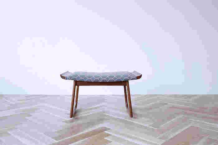 デンマーク製のチークのスツール。halutaが座面の緩衝材等も全て張り替え「dop」で仕上げると、ヴィンテージな中にもモダンな可愛らしさを表現した一脚に。