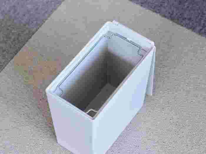 無印良品のダストボックスも、長方形で凹凸のない形状なのでビルトインに向いています。20Lサイズと30Lサイズがありますよ。蓋が縦開きと横開きと選べるようになっているので、使い勝手に合わせて選ぶと良いでしょう。 蓋が無くてもゴミ袋を見せずにセットできるところも◎