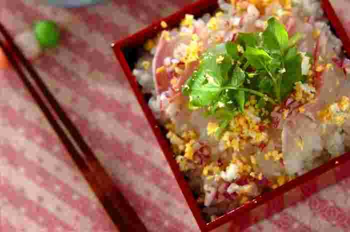 鯛を使ったちらし寿司は、お祝いの席にぴったり!卵の黄身をミモザの花に見立てたちらし寿司は、見た目にもとても華やかです。酢飯を作らずに、爽やかなオリジナルのドレッシングを後からかけて頂きます。