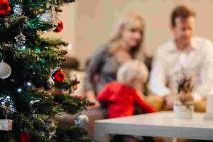 イタリアでは、クリスマスは家族で過ごすのが当たり前。イタリアの人々は元々「家族が一緒にいる時間」をとても大切に考えていますが、クリスマスはそこに「感謝」の気持ちも加え、ゆっくりと過ごします。この日を過ごすために、皆で交換するプレゼントを用意したり、ご馳走を作ったり、部屋の飾りつけをしたり...、お楽しみの前の準備は大忙し。でも苦労ではありません。これも喜びなのです
