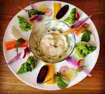 野菜そのもままの甘みとおいしさを味わえるディップサラダ。みずみずしく、おつまみ感覚で野菜がたくさん食べらますよ。