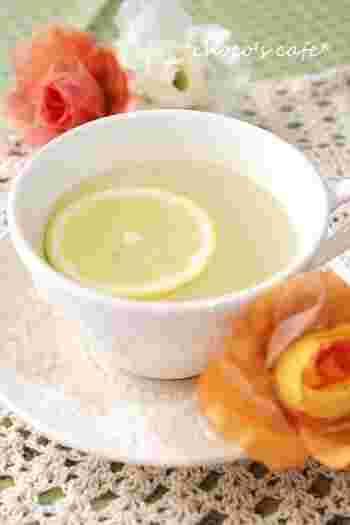 レモネードは日本で定番ドリンクとして認知されるようになって結構長いですよね。  そんなレモネード、実はイギリス発祥のドリンクなのをご存知でしたか?  ミントを入れて夏にコールドドリンクとして楽しまれているだけでなく、風邪を引いた時の特効薬としても愛飲されています。