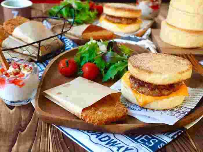 豚ひき肉にあらびきのウインナーを入れると、お店の味のソーセージパテに。あとは、チーズをのせて焼いたイングリッシュマフィンにパテをはさむだけ。素敵な朝食の始まりです。
