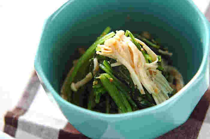 ほうれん草に小松菜、水菜に菊菜。青菜と呼ばれる野菜はたくさんありますが、今日は特有の香味をもつ壬生菜(みぶな)を使ってみましょう。壬生菜はたっぷりのお湯で湯がき、冷水でよく冷ましたら、食べやすいサイズに切ってしっかりと水けをきります。一緒に使うえのきは、油は使わず、煎るように水分が飛ぶまで炒めるのがポイントです。