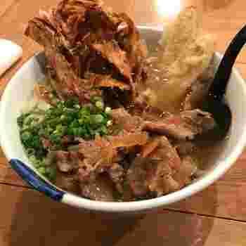 イチカバチカ名物がこの肉ゴボ天うどん。ゴボ天は2種類で、異なる食感を楽しめます。