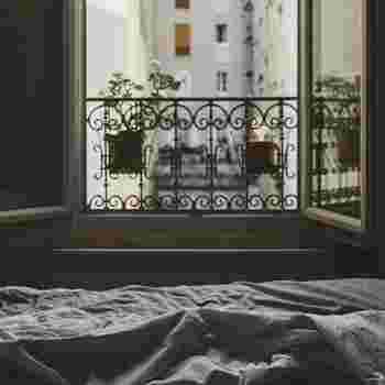 朝が苦手だったり、時間がなかったり、ライフスタイルによっては散歩をする時間が取れない人もたくさんいると思います。 そんな時は、窓を開けて大きく深呼吸をしてみるだけも◎目を閉じて、何度か大きく深呼吸を繰り返してからそっと目を開ければ、新鮮な空気に満たされた心地よさを感じることができるはずですよ。