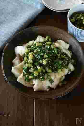 パサつきがちな鶏むね肉も片栗粉をまぶしておいて茹でることでしっとり柔らかく仕上がります。生姜ときゅうりを入れたニラだれで召し上がれ。