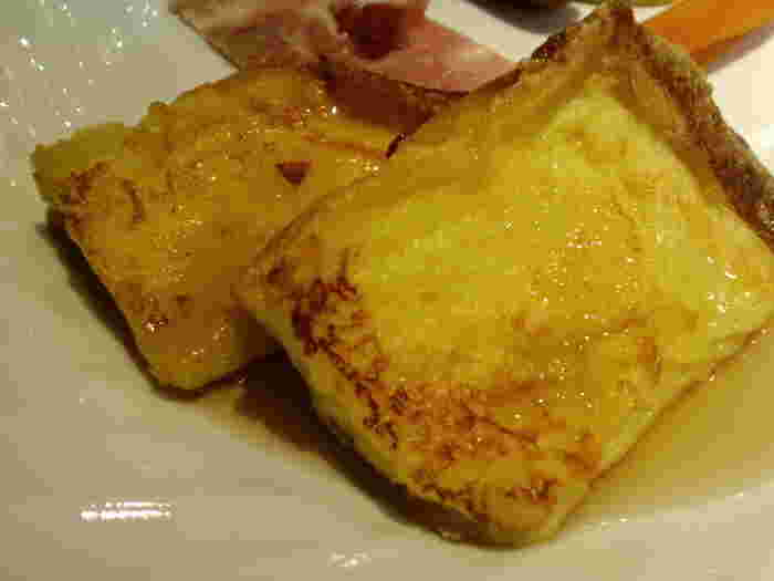 大人気のフレンチトースト。ソースはモンドセレクションを受賞したという『カシス・パトリー』のミルキッシュジャムを含む15種類もの手づくりジャムから選べます。