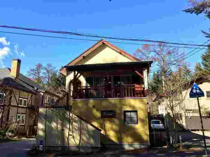 軽井沢の脇田美術館近くに位置する黄色い建物が、軽井沢のキノコを美味しく提供してくれるフレンチレストラン「E.Bu.Ri.Ko」です。