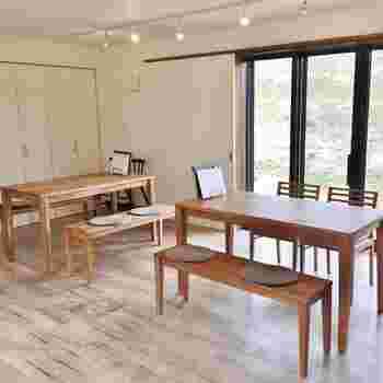 テラスやテーブル席など、50席ほどのゆったりした店内。こちらは靴を脱いであがるスペースで、美しい白木が印象的です。