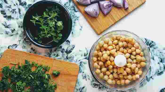 中でも、メインの材料であるひよこ豆は、高タンパクで食物繊維が豊富、ビタミンやミネラルなどもしっかり含むヘルシーな食材。そこに「セサミン」を豊富に含むごまや、「オレイン酸」を多く含むオリーブオイルを合わせるわけですから、美と健康を求める女性に支持されるのもうなずけますね。