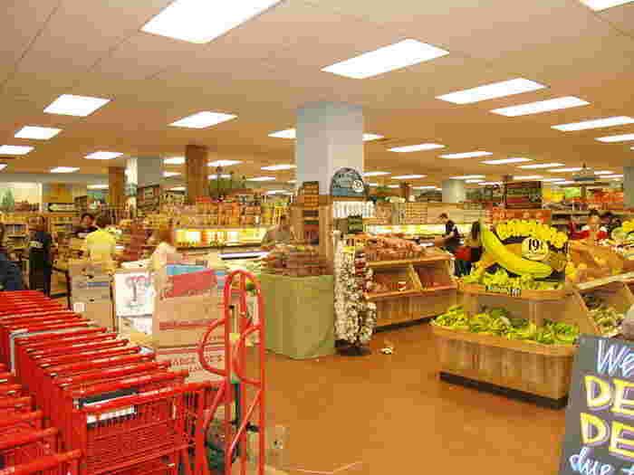 Trader Joe's(トレーダージョーズ)は、豊富な品揃えと、リーゾナブルな価格帯によって多くのアメリカ人の支持を集めるチェーンスーパー。日本人の間では「トレジョ」の愛称で親しまれ、エコバッグが可愛いと観光客にも大人気なんですよ。店内の8割近くがプライベートブランドで、ドライフルーツやオーガニッククッキー、チョコレートが豊富。