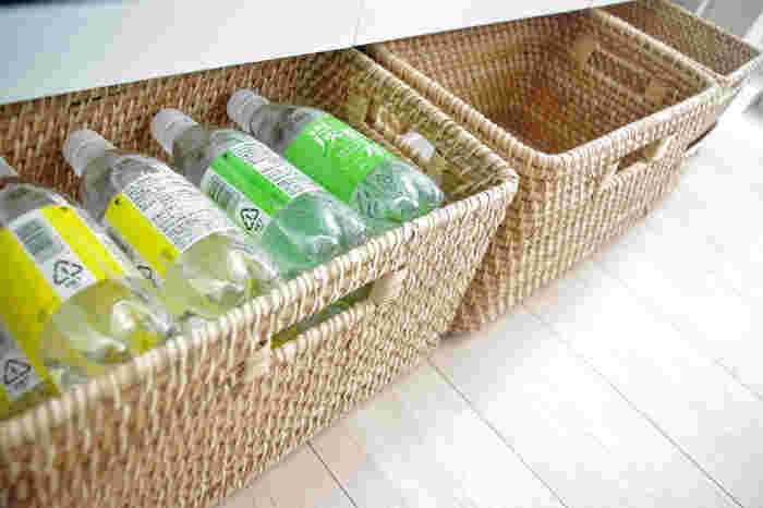 キッチンペーパーやペットボトルなどのストック品は、生活感が出やすくて困りもの。 ラタンなど天然素材のカゴに収納してしまえば、無機質な印象も消し去ってくれます。棚下のすき間などデットスペースを有効活用してみてはいかが?