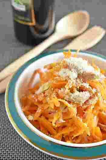 レンジ加熱したにんじんは、ほんのりとした甘味が特徴的。ツナとパルメザンチーズのイタリアンな風味がにんじんによく合います。ほんの少し入ったしょうゆが隠し味で、無限の美味しさを引き出しています。色味もはっきりとしてきれいなので、常備菜としても活躍してくれます。
