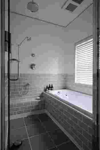 一日の疲れを癒やすお風呂。見た目もすっきり整えると、清潔感があって気持ちいいですね。シャンプー類をおしゃれなディスペンサーに詰め替えると統一感が出ます。