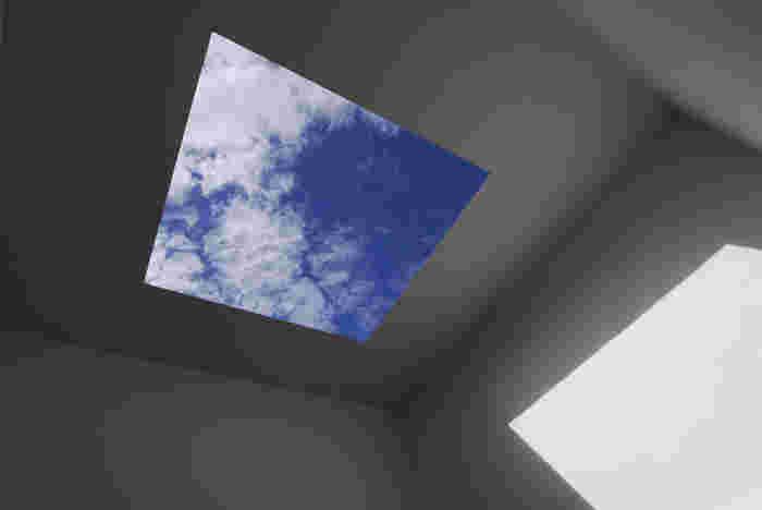 こちらは、ジェームズ・タレルの作品、ブルー・プラネット・スカイ。正方形に切り取られた天井から眺める空模様が素敵です。