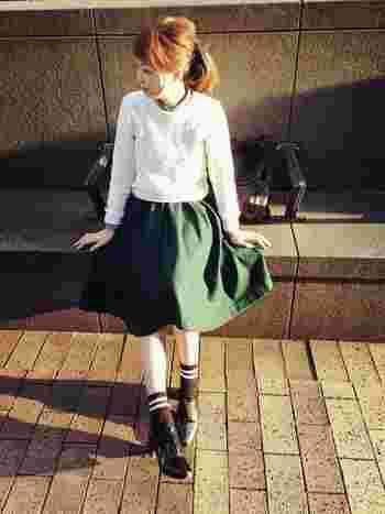 ブラウンベースのラインソックスと、深いグリーンのスカートとの色の相性が抜群なコーデですね。