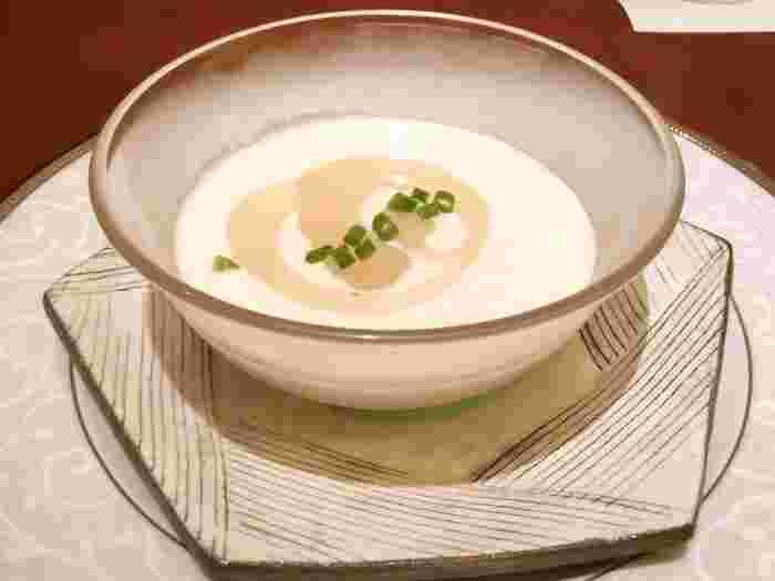 このお店のこだわりと自慢の一皿でもあるスープ。旨みが深く口の中に広がる味わいには、和食の「出汁」が思い出されます。フレンチのブイヨンやフォンドヴォーに、出汁をとる技術を取り入れながら、料理のベースとしているそうです。