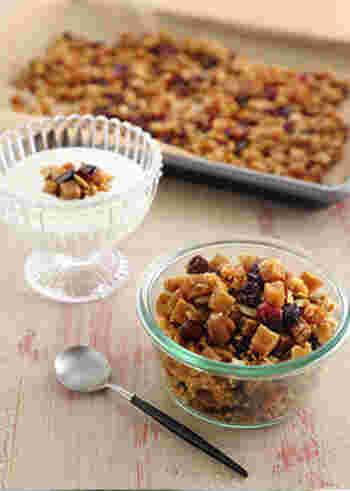 高野豆腐をナッツやドライフルーツと一緒にオーブンで焼いたグラノーラ。お好みでヨーグルトや牛乳をかけて朝食にしてもいいですね。