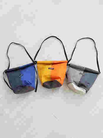 テフロン加工されたナイロン製のショルダーバッグです。バイカラーがスポーティーでメンズライクなお洋服にも似合いそう。