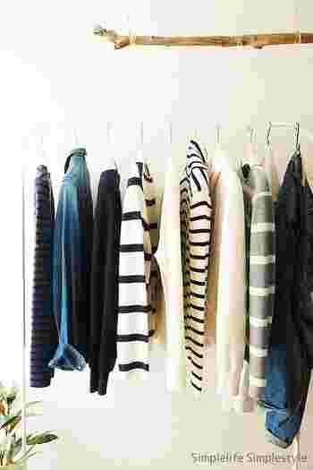 ファッションが大好きというDAHLIA★さんならではのおしゃれクローゼット。あえてハンガーラックを置き、ワードローブのスタメンを並べれば、まるでセレクトショップのような空間に♪眺めるだけでテンションが上がるクローゼットなら、そこに並ぶ洋服たちにもさらに愛着が湧いてきますね。  ハンガーも素敵なものを使い、詰め過ぎないのがポイントです。