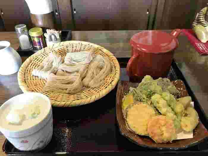 戸隠中社から徒歩15分の場所にある人気店。 写真はボリューム満点の天ぷらがうれしい「野菜天ざる」です。つるりとしたのど越し、出汁が効いた濃いめのつゆでサラリといただけます。予約はできません。