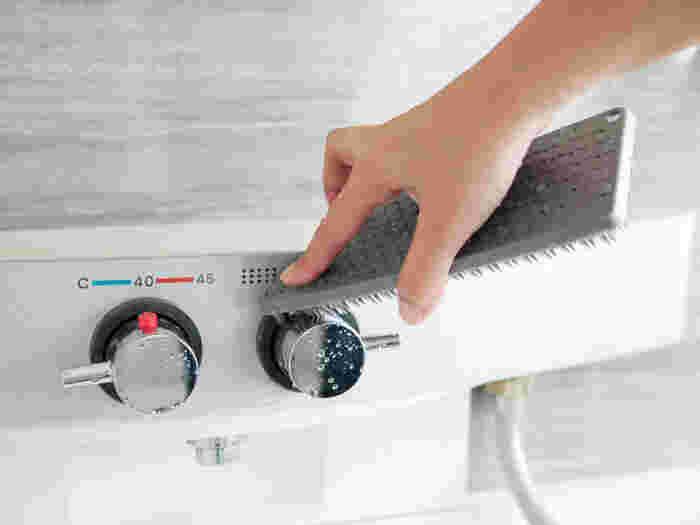 お風呂掃除は週末にまとめて、という方も多いと思いますが、実は毎日のほうが効率的でお手入れも楽になるんです。お風呂の汚れで一番多いのは水垢とカビですが、放置してこびりついた汚れを落とすのはけっこう大変!でも、お風呂上りにそのままこまめにお掃除すれば、蒸気と温度で汚れが浮いて、軽くこするだけで汚れを落とすことができるんです。