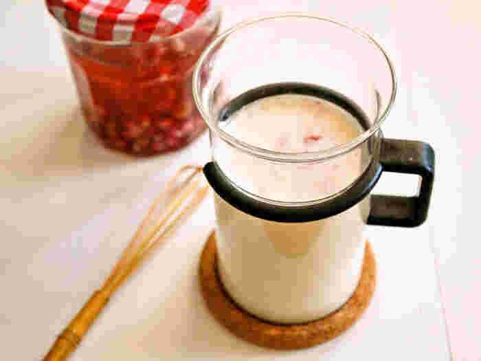 牛乳を温めて、作っておいたフルブラを注ぐだけ。手軽に作れてフルーティーで飲みやすい、女性におすすめの組み合わせです。