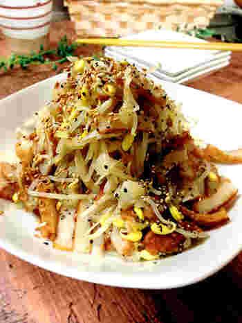 豆もやしとさつま揚げの炒め物です。ボリュームがあるので、主菜に最適です。豆もやしのシャキシャキ感とさつま揚げのモチモチとした食感が美味しい一品ですよ。