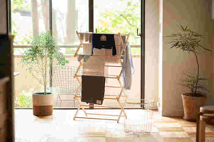 部屋干しを敬遠したくなる理由の一つが「生活感」。でも、こんなデザインの木製ハンガータワーなら、リビングにおいてもおしゃれに決まりそう。見た目だけではなく、組み立てやすさや木材ならではの軽量さ、たたんだときのコンパクトさなど機能面もしっかりおさえています。